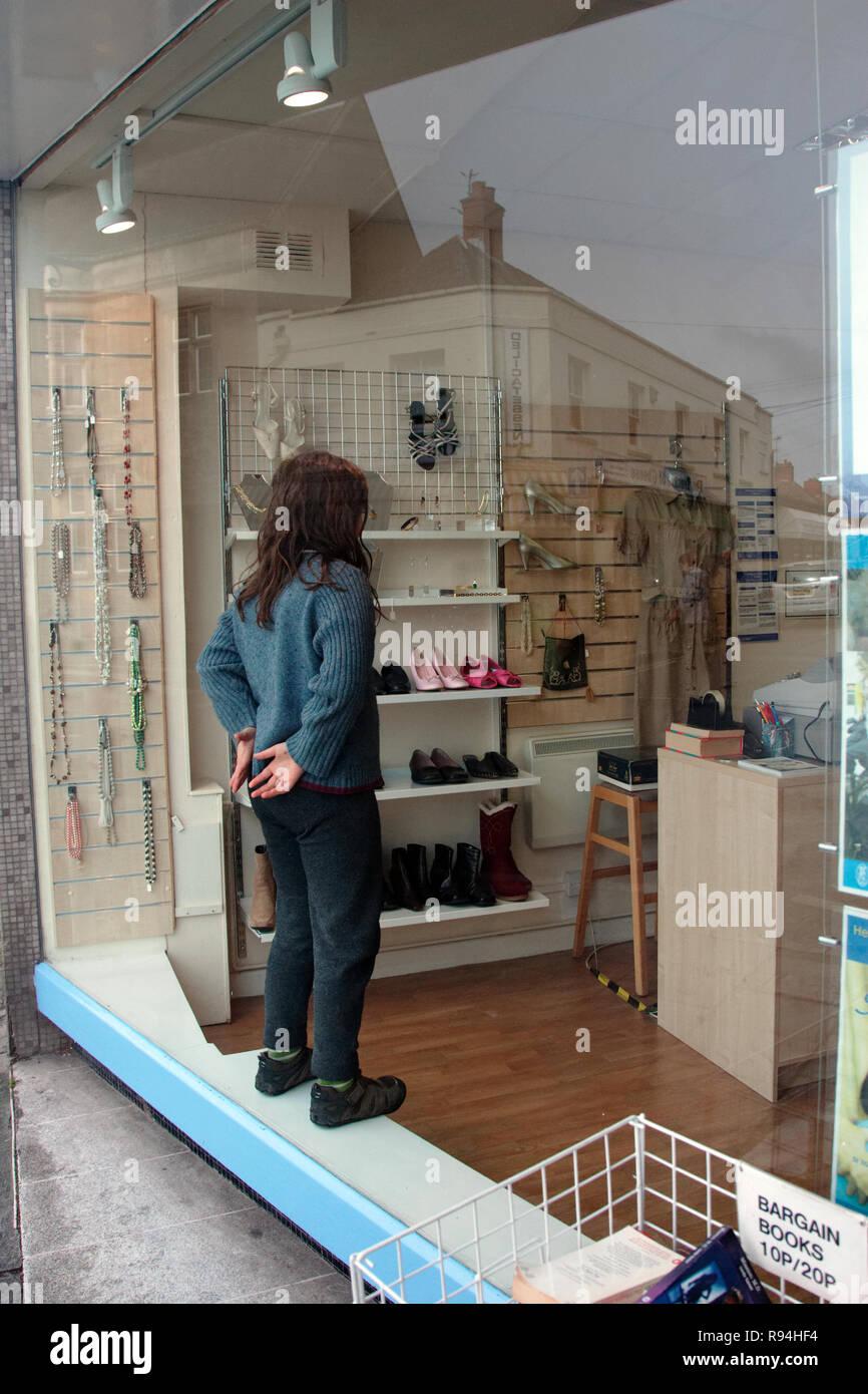 UK High Street shopping compradores y visitantes mostrando escaparates Imagen De Stock