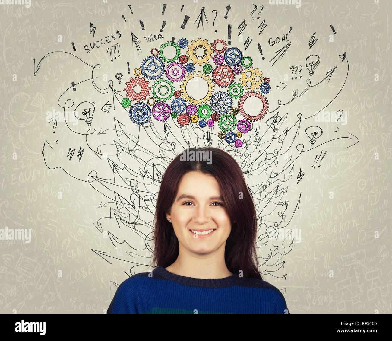 Cerrar el retrato de una mujer joven con colorida marcha cerebro por encima de la cabeza. Feliz emoción, pensamiento positivo con flechas y curvas como pensamientos. Concepto f Foto de stock