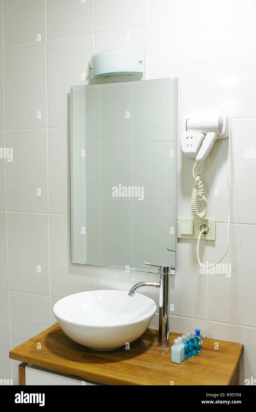 Cuarto de baño del hotel con todo lo necesario para el baño ...