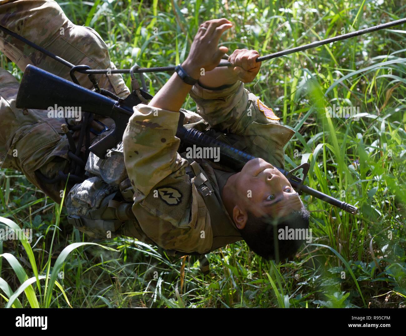Un soldado del Ejército de EE.UU. con la 25ª División de Infantería realiza un rastreo de la cuerda hacia atrás colgado boca abajo durante el Tropic Lightning Semana en Schofield Barracks, a 17 de diciembre de 2018 en Honolulu, Hawaii. Imagen De Stock