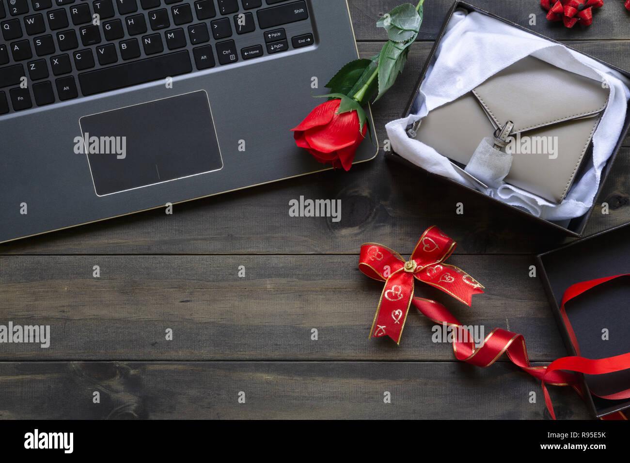 5543adde6 Comprar a través de internet Tiendas de regalos de San Valentín concepto.  Portátil con nueva