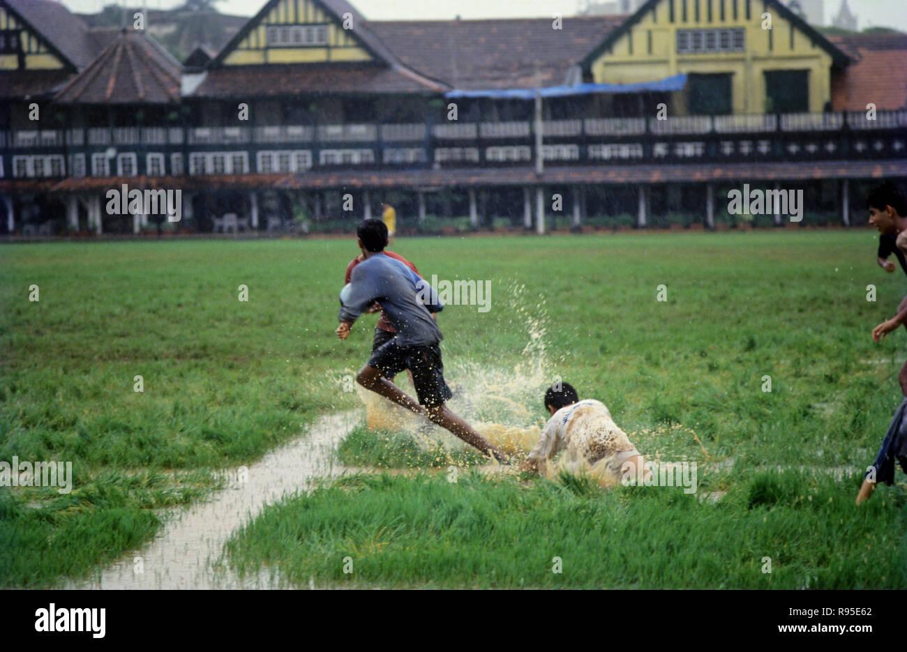 Muchachos jugando fútbol americano Imagen De Stock