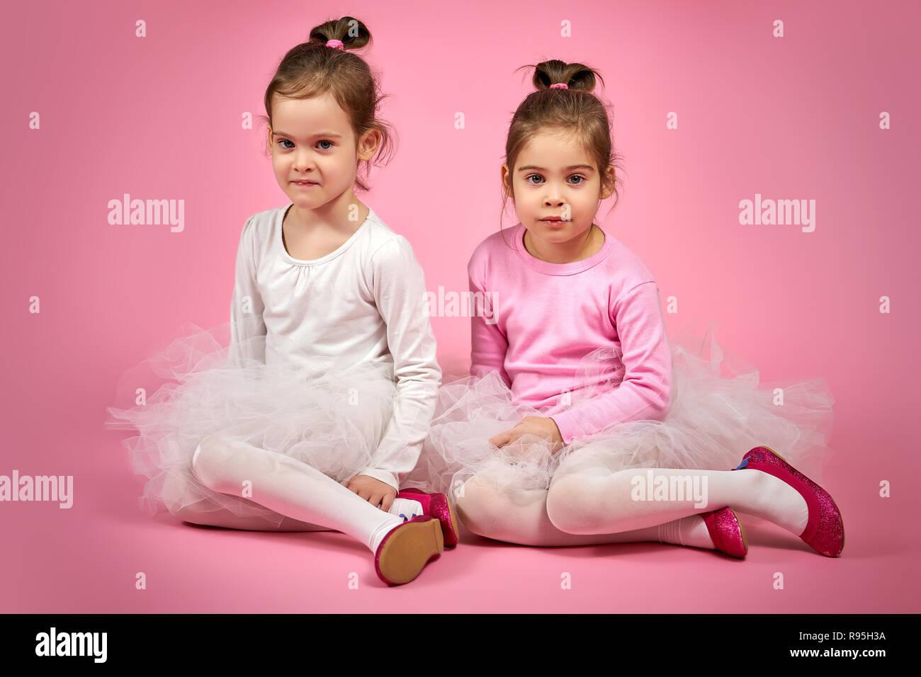 3916b3bf1 Dos lindas niñas en faldas de tul blanco sobre un fondo de color rosa ·  superelaks / Alamy Foto de stock