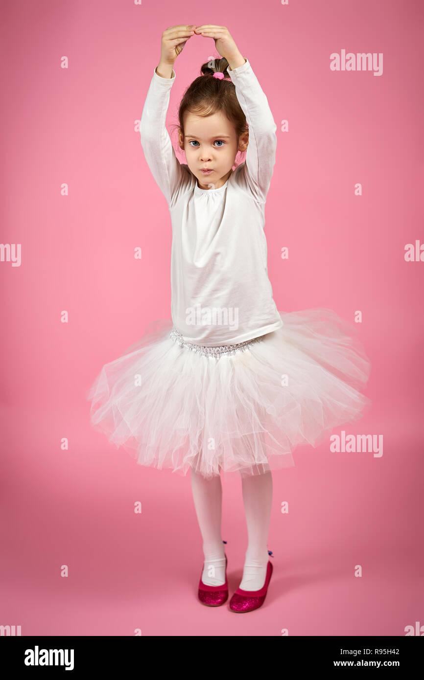 e662e1a1e Retrato de una bonita niña falda de tul blanco sobre un fondo de color rosa  · superelaks / Alamy Foto de stock