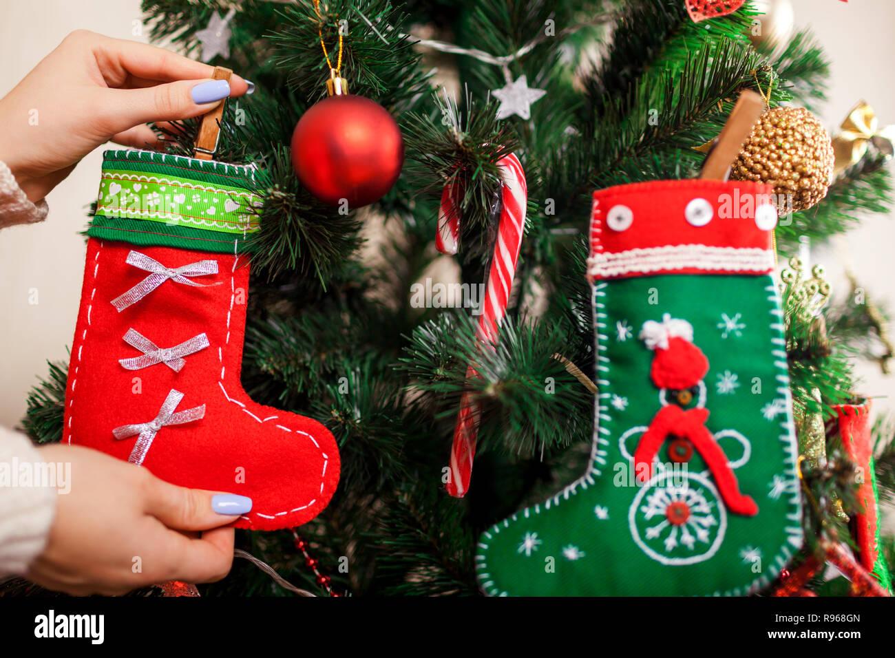 Como Decorar Calcetines Para Navidad.Mujer Joven Decorar Arbol De Navidad Con Los Calcetines En