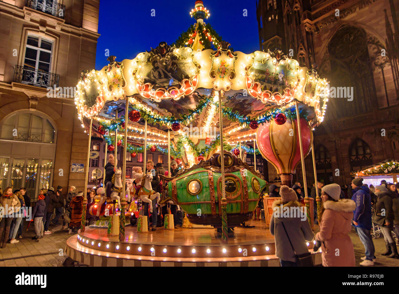 Carrusel En Mercado De Navidad En Estrasburgo Capital De Noel En La Zona De Alsacia Francia Fotografía De Stock Alamy