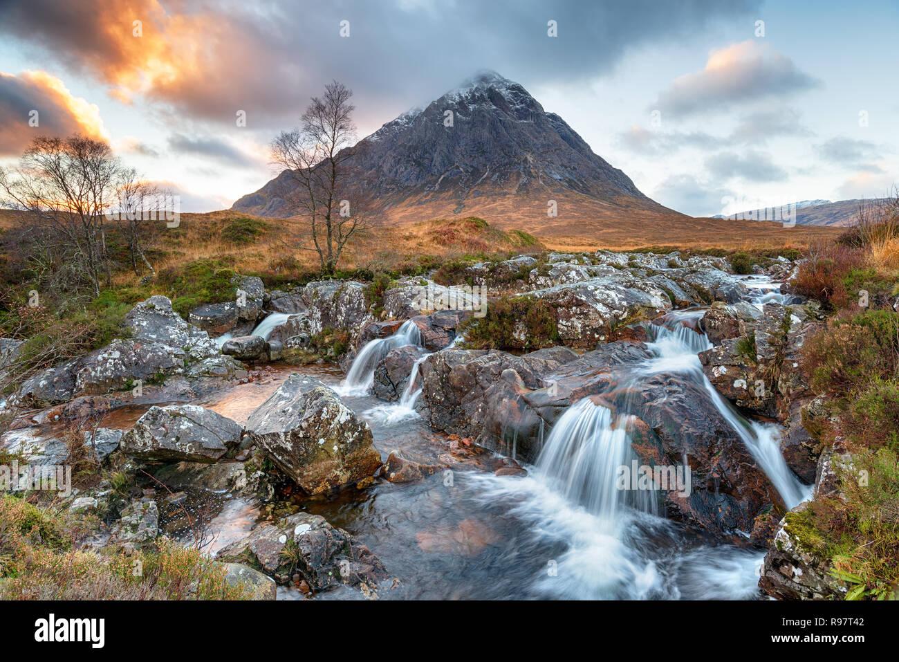 Atardecer en Buachaille Etive Mor una impresionante cascada en las Tierras Altas de Escocia. Foto de stock