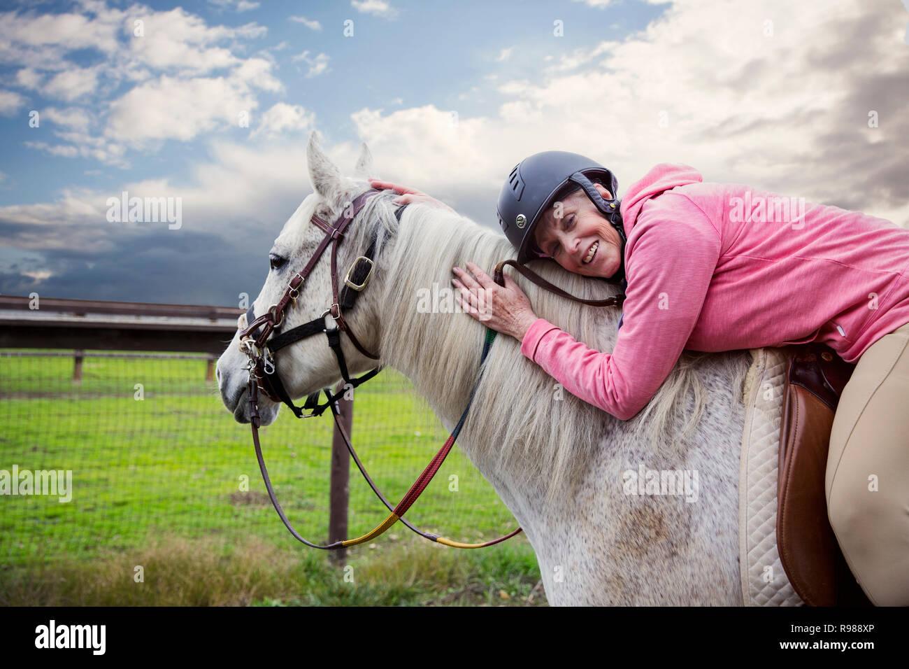 Mujer Senior mintiendo a caballo Imagen De Stock