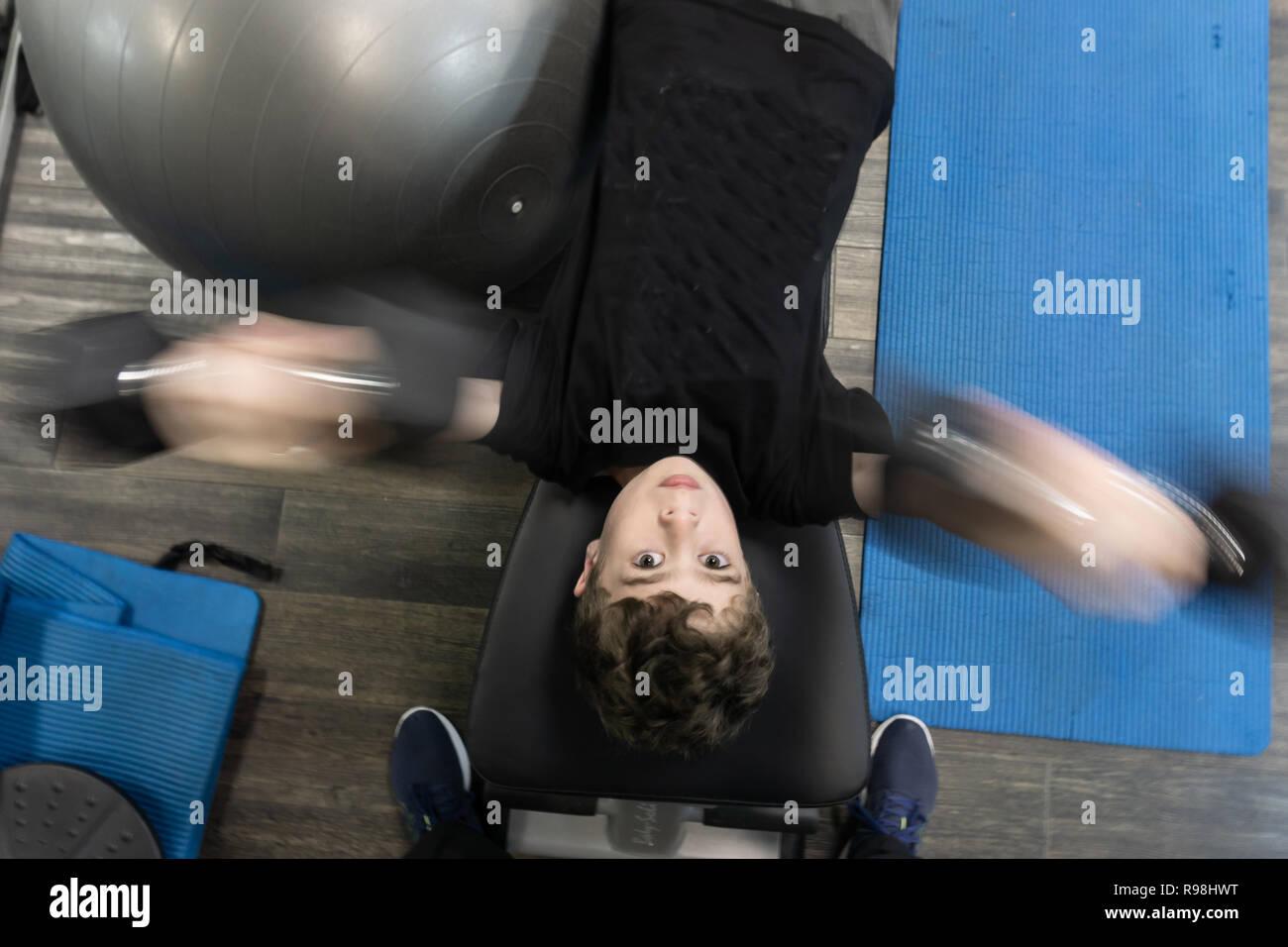 TAURANGA NUEVA ZELANDA - Diciembre 15,2018; jóvenes que participan en la actividad física en un gimnasio Imagen De Stock