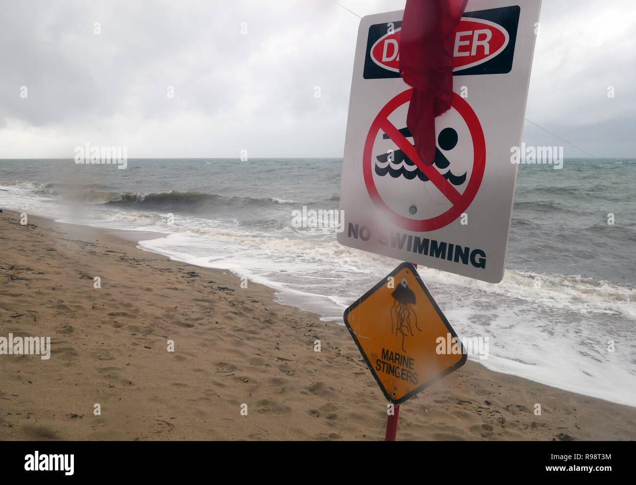 Clima salvaje y aguijones playas cercanas a nadar, Holloways Beach, Cairns, Queensland, Australia. No hay PR Imagen De Stock