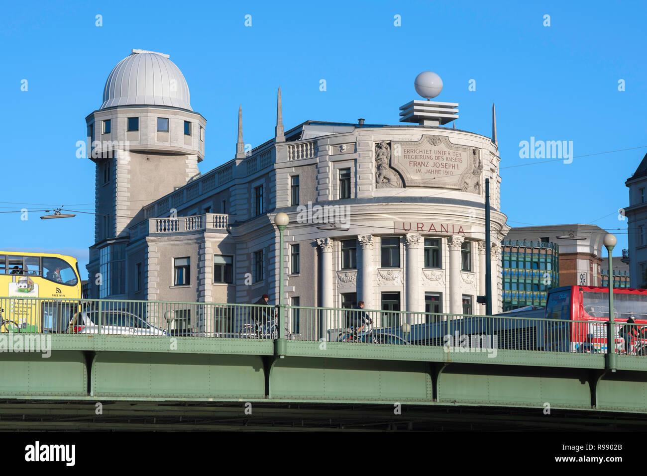 Observatorio Urania Viena, diseñado en 1910 por el arquitecto modernista Max Fabiani, el edificio de Urania Viena todavía funciona como un observatorio. Imagen De Stock