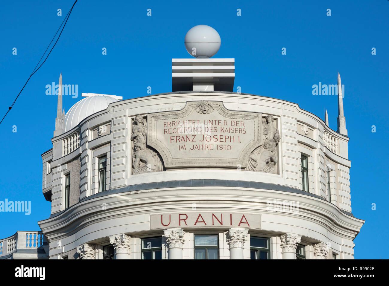 Observatorio Urania, diseñado en 1910 por el arquitecto modernista Max Fabiani, el edificio de Urania Viena ahora funciona como un observatorio y un cine. Imagen De Stock