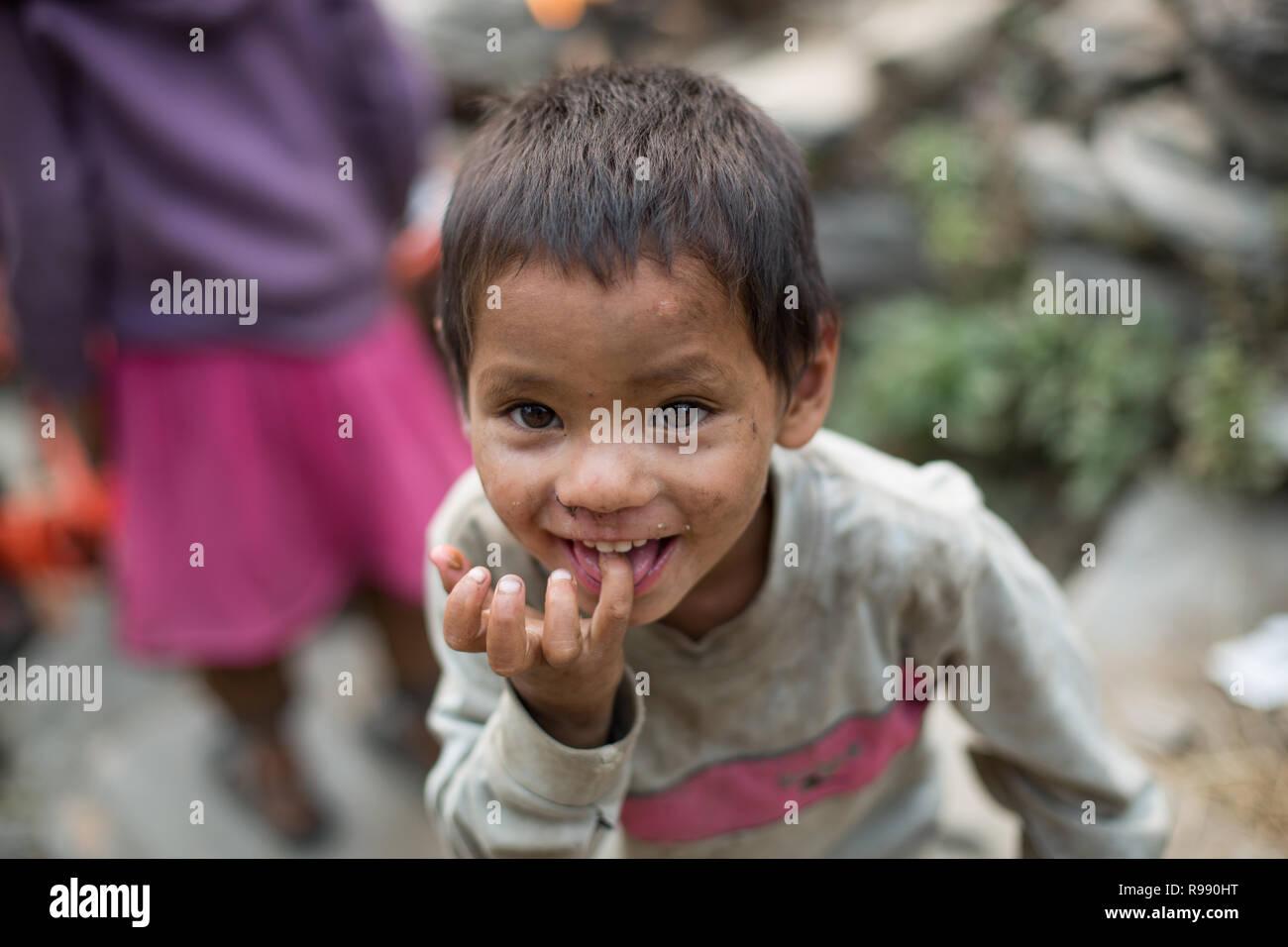 Chico nepalí sonrisa y hace mueca Imagen De Stock