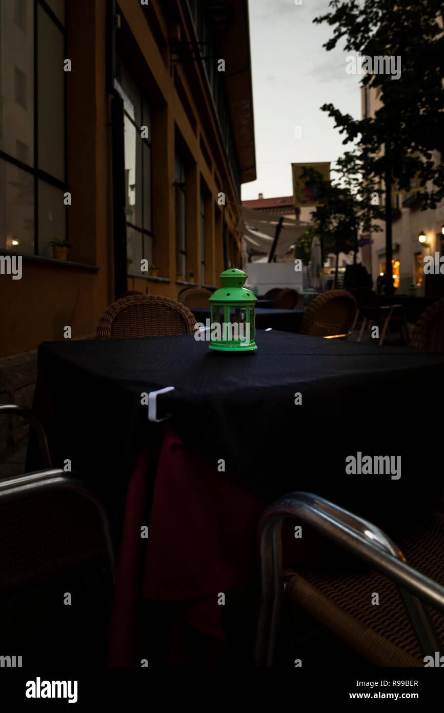 Mesas De Madera Con Objetos En La Terraza De Un Bar Por La