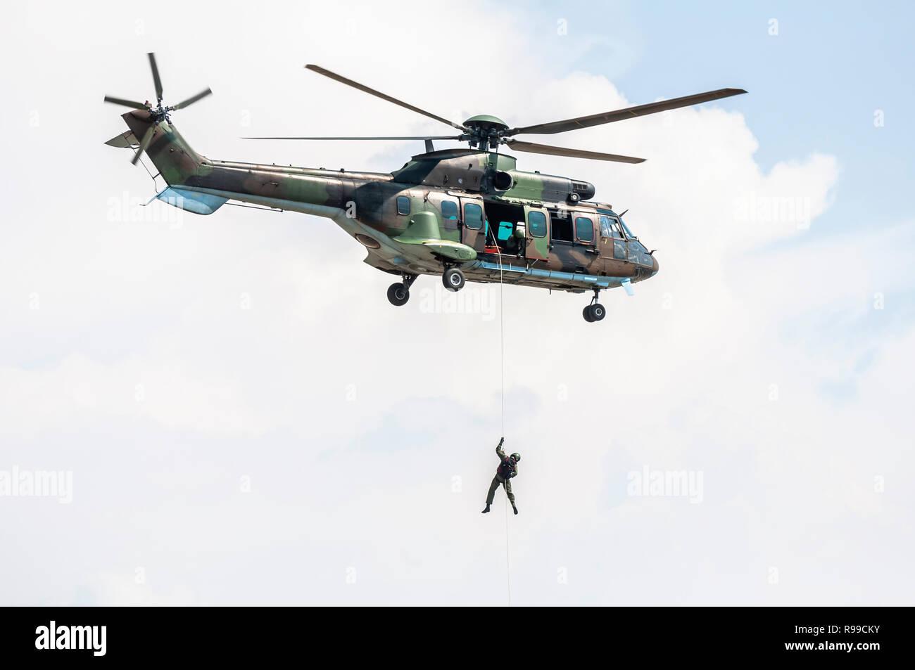 Los soldados bajar una cuerda desde un helicóptero militar. Operación especial militar. Imagen De Stock
