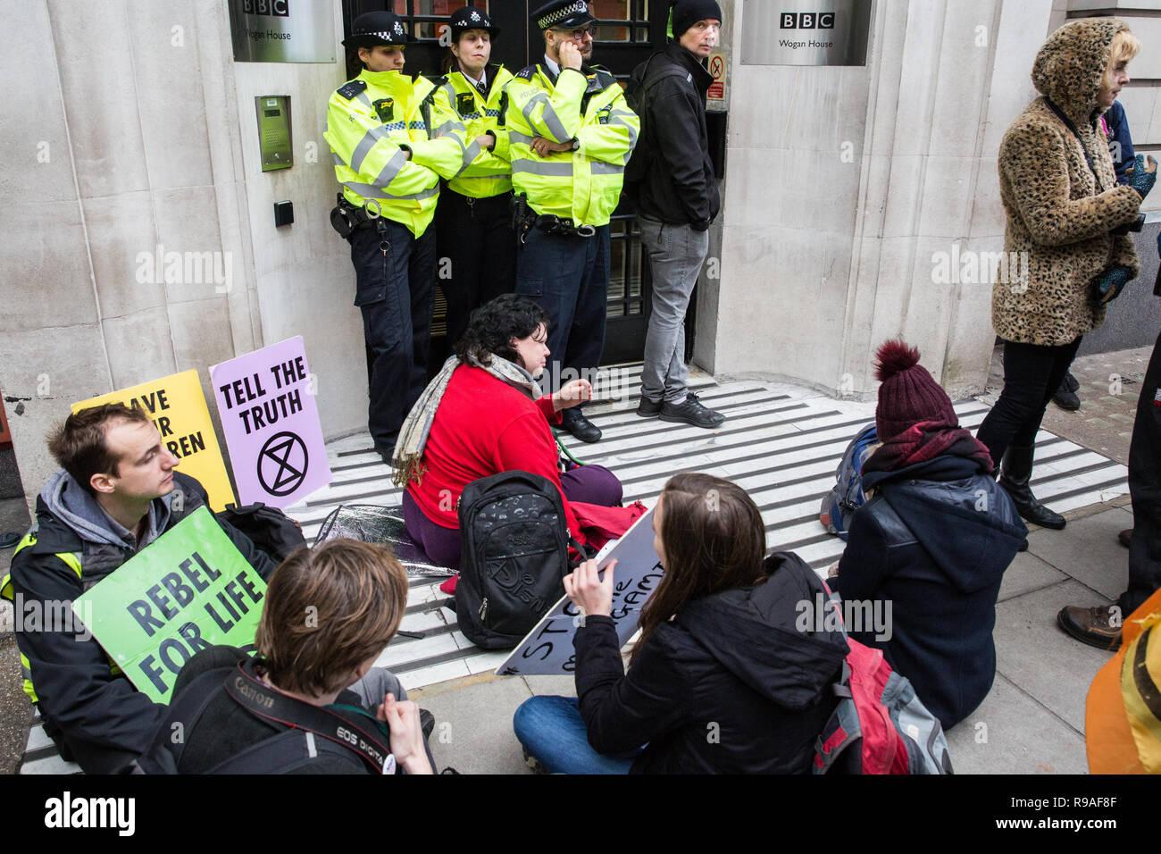 Londres, Reino Unido. 21 de diciembre de 2018. Los ambientalistas de la extinción rebelión una sentada de protesta fuera de los locales de la BBC en protesta contra la emisora es la falta de cobertura de la crisis del cambio climático. Crédito: Mark Kerrison/Alamy Live News Imagen De Stock