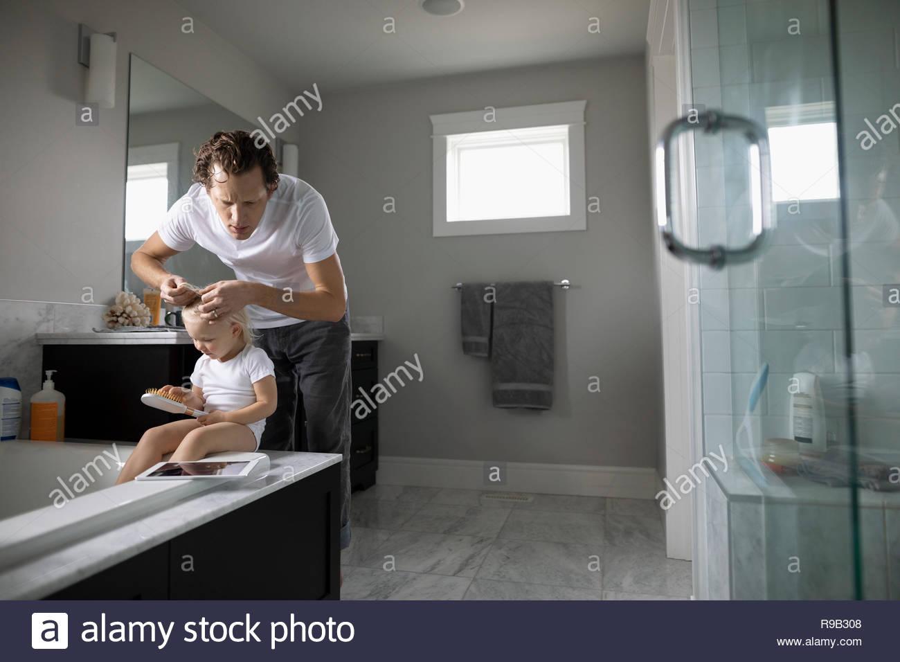 Comprobación de Padre hija infante s el pelo de los piojos Imagen De Stock