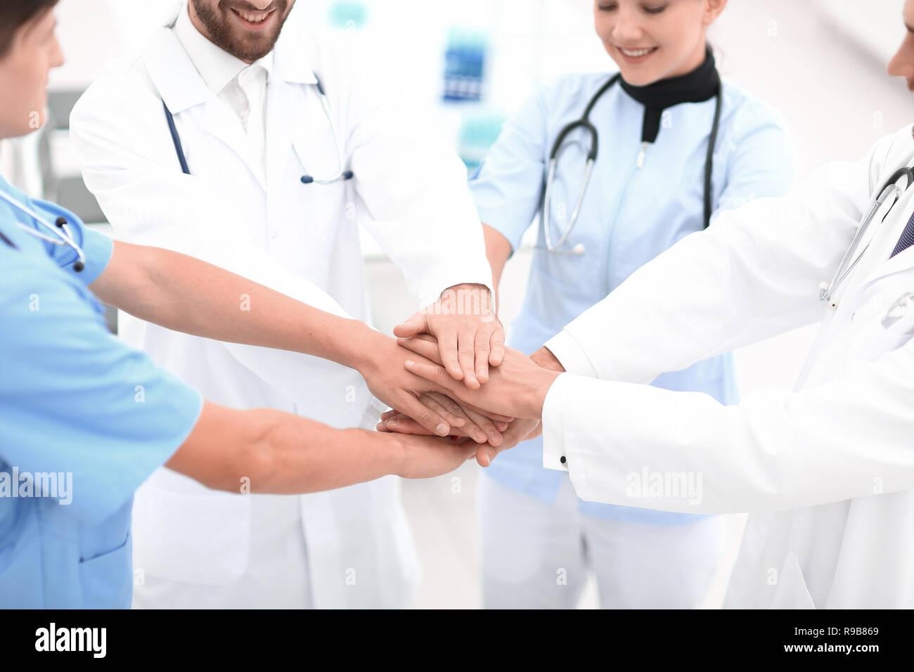Los médicos la celebración de manos juntas en el hospital Foto de stock