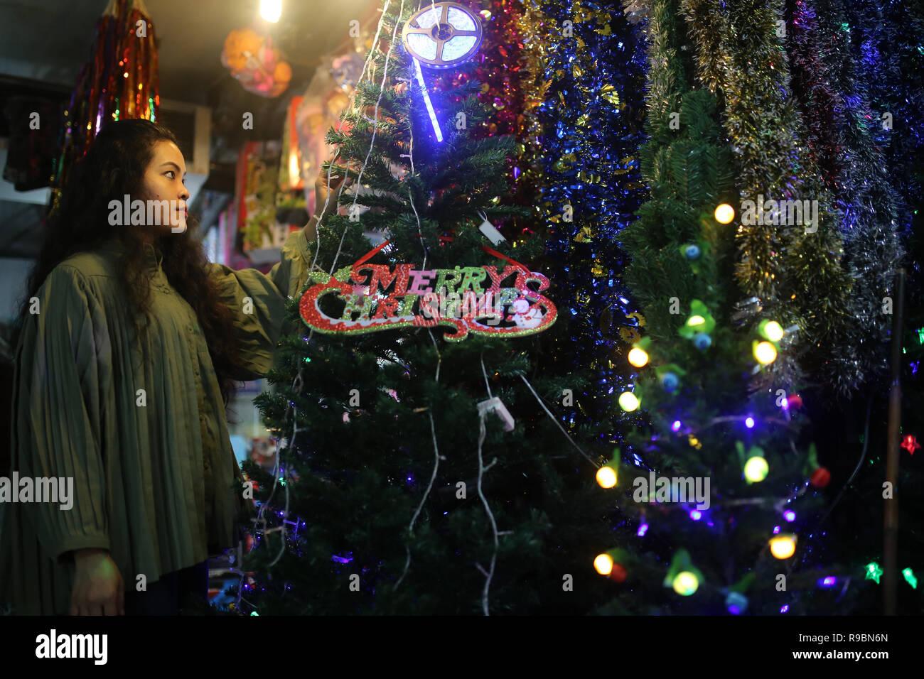 Chica visto compras navideñas en una tienda antes de las vacaciones de Navidad en Dhaka, Bangladesh, el 20 de diciembre de 2018. Imagen De Stock