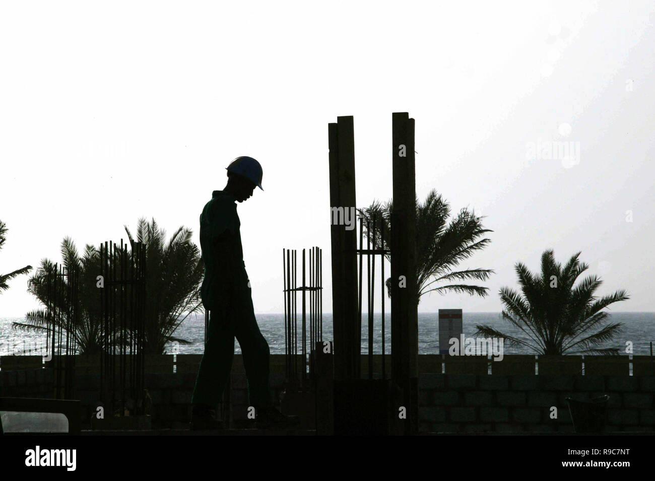 9ac756a6ab Dubai, Emiratos Árabes Unidos, EAU - 14JUN2004: Trabajador silueteado  durante la tarde mientras