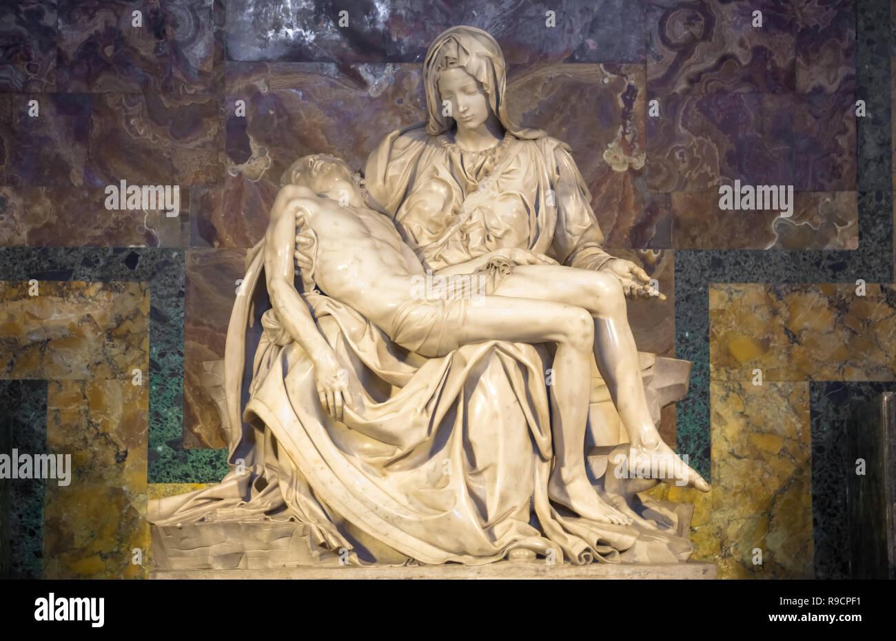 Roma, CIUDAD DEL VATICANO - Agosto 28, 2018: La Pietà di Michelangelo (la pena), 1498-1499, ubicado en la Basílica de San Pedro en Roma Imagen De Stock