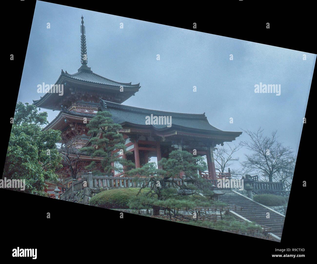 Impresión de uno de Kioto de templo histórico, parcialmente oscurecida por la niebla, en una mañana de diciembre. Foto de stock
