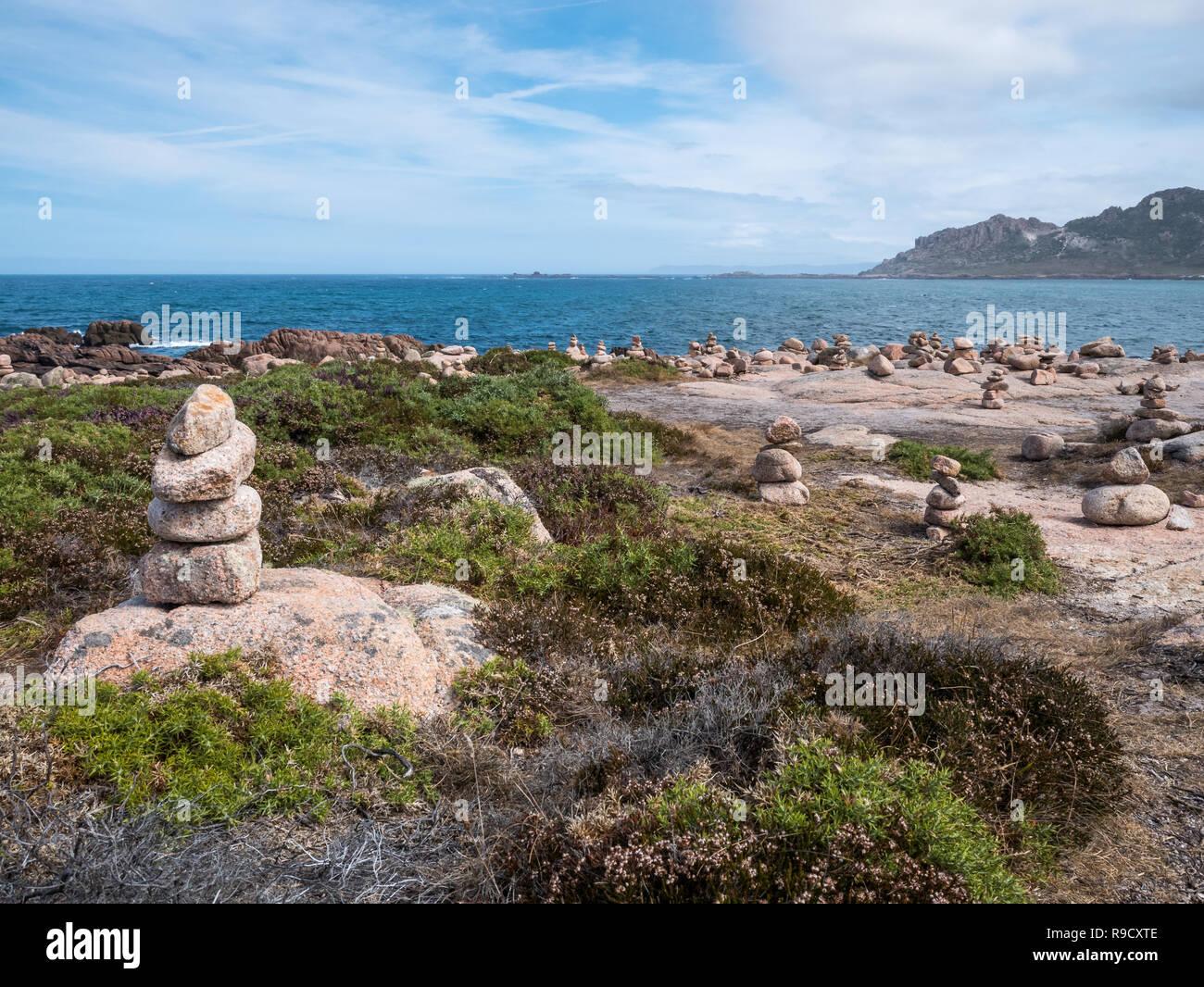 Lotes de Cairns/pilas de piedras en la playa de Cabo do trece junto al Cementerio Inglés, Camariñas, Galicia, España Imagen De Stock