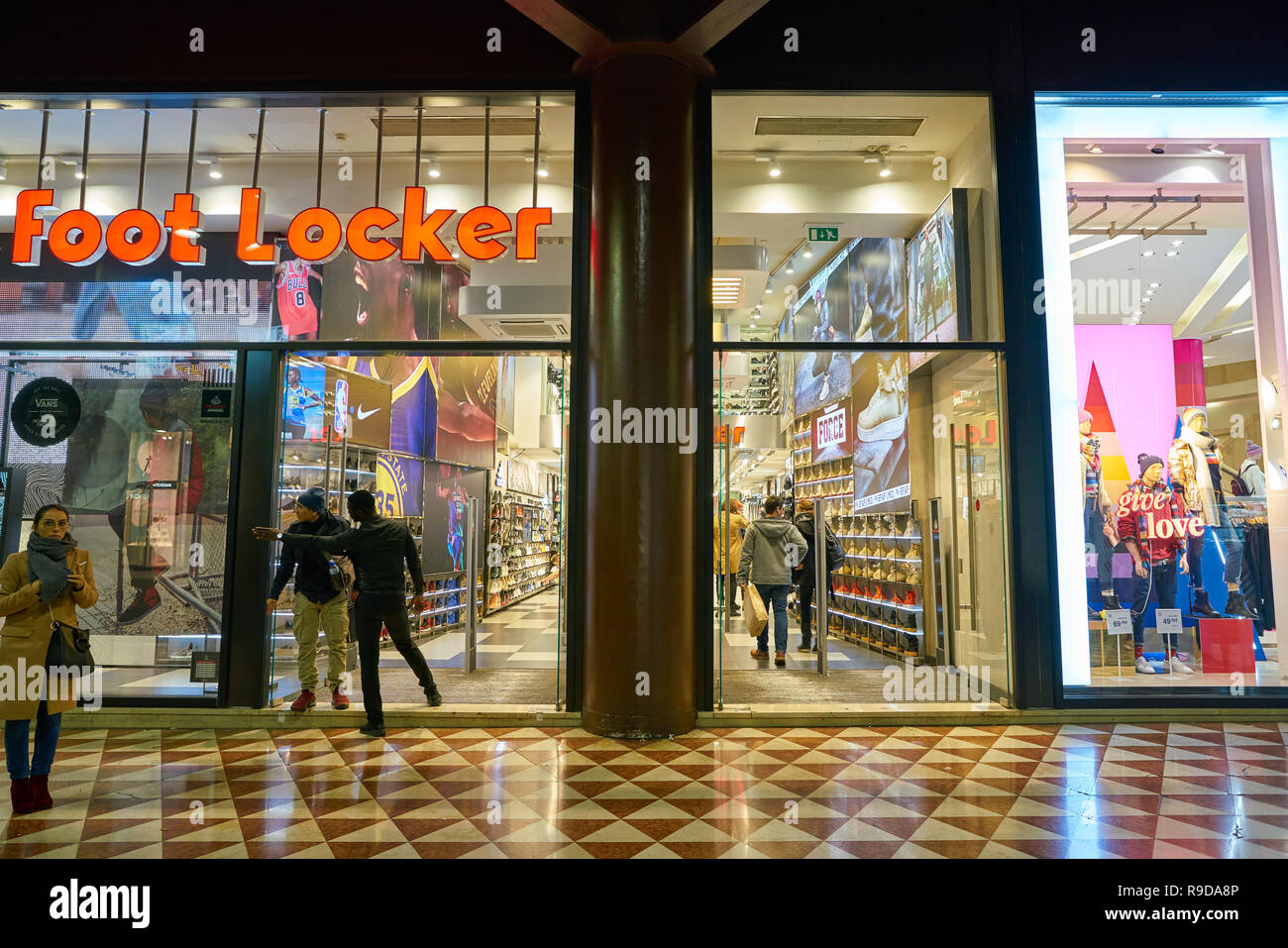 Shoes Footwear Entrance Imágenes De Stock   Shoes Footwear Entrance ... 42c54b568832