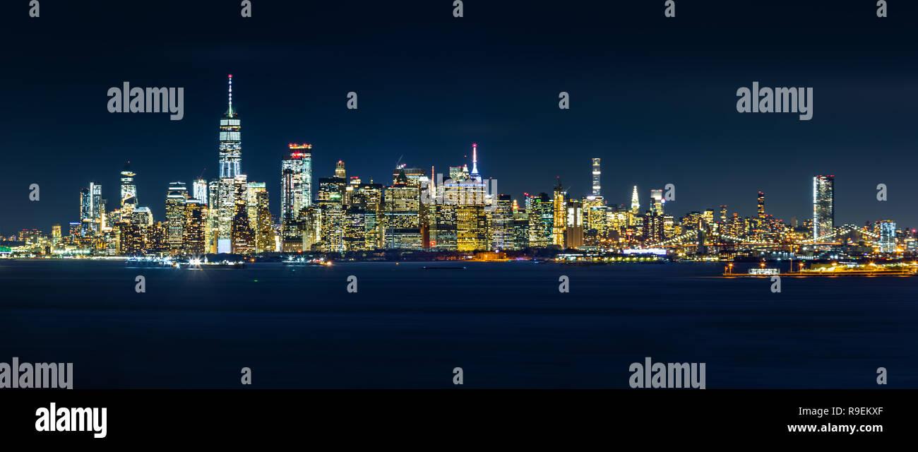 Panorama de la ciudad de Nueva York por la noche, visto desde Staten Island Imagen De Stock