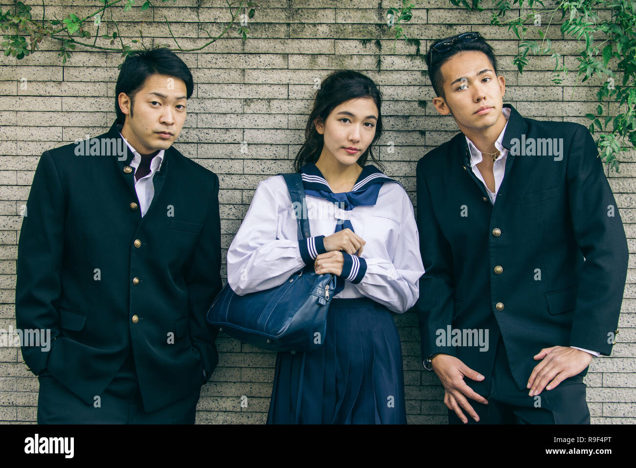1cb8ec1a1 Yung estudiantes japoneses con uniforme escolar pegado al aire libre ...