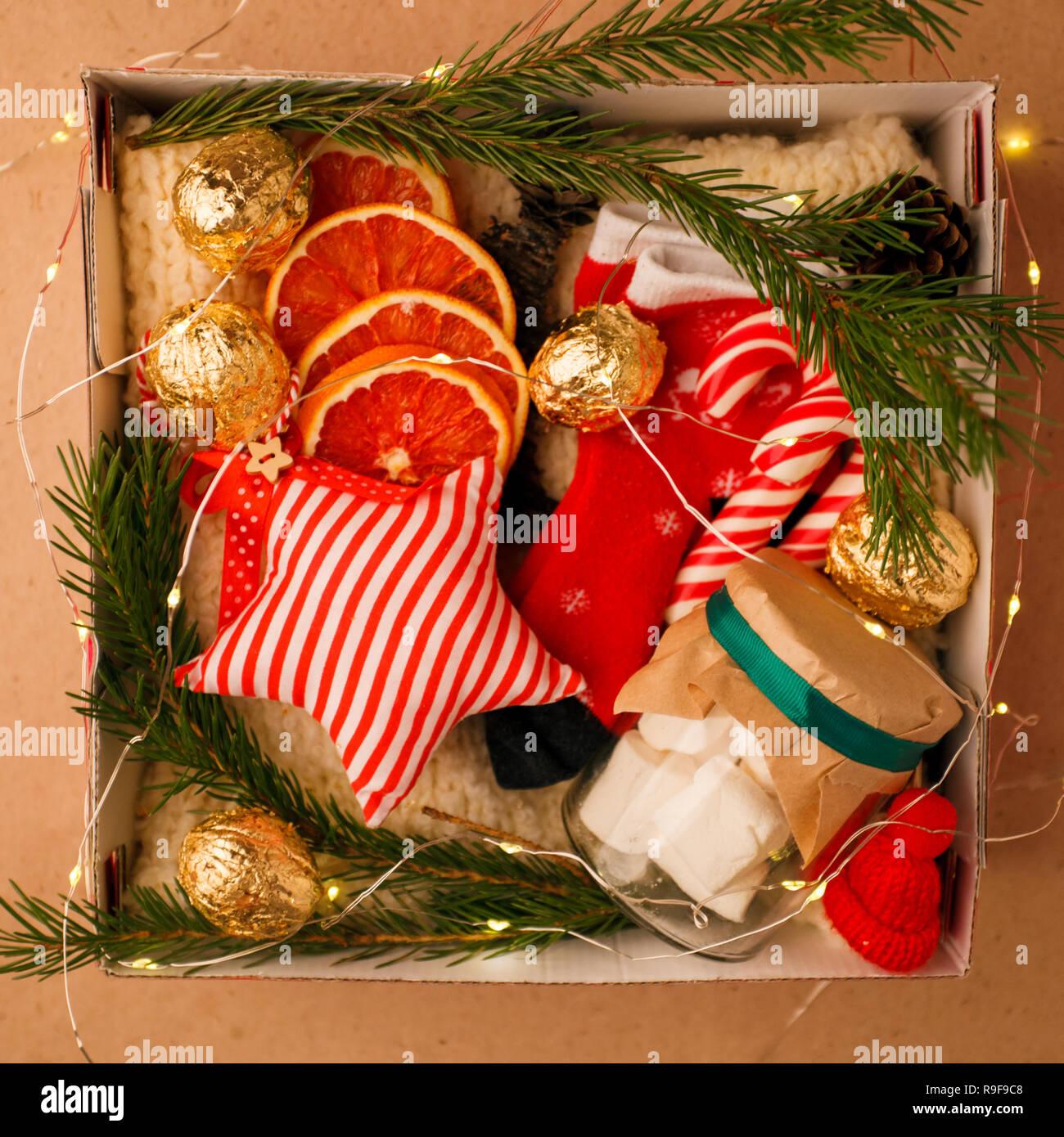 Un cuadro personalizado con regalos para Navidad y Año Nuevo, un conjunto de cosas lindas, dulces tradicionales y decoración, una idea sencilla para un buen regalo para la familia Imagen De Stock
