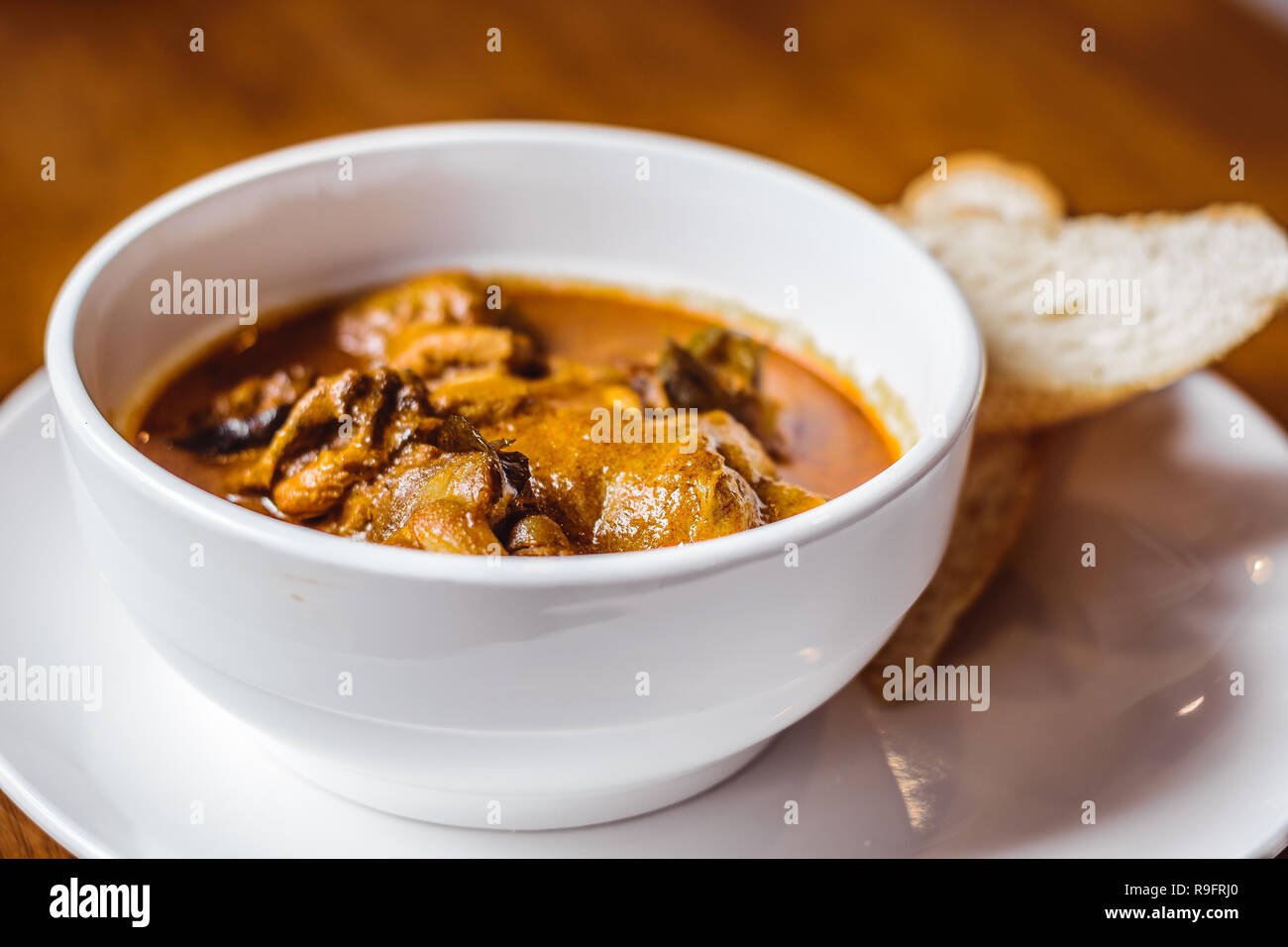 Pollo con curry Hainanese baguette en el lado Foto de stock