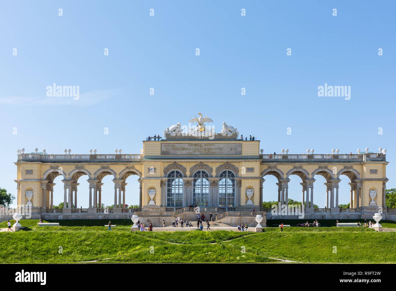 Schönbrunn Palace con los jardines con la fuente de Neptuno y el Glorietter fue la principal residencia de verano de los Habsburgo, gobernantes, se encuentra i Foto de stock