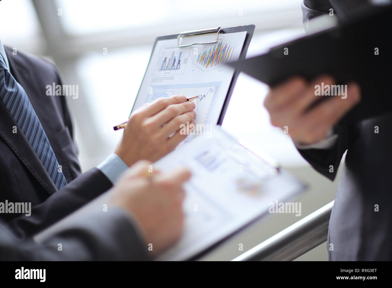 Cerrar el empresario trabajando con datos gráficos en Office Foto de stock