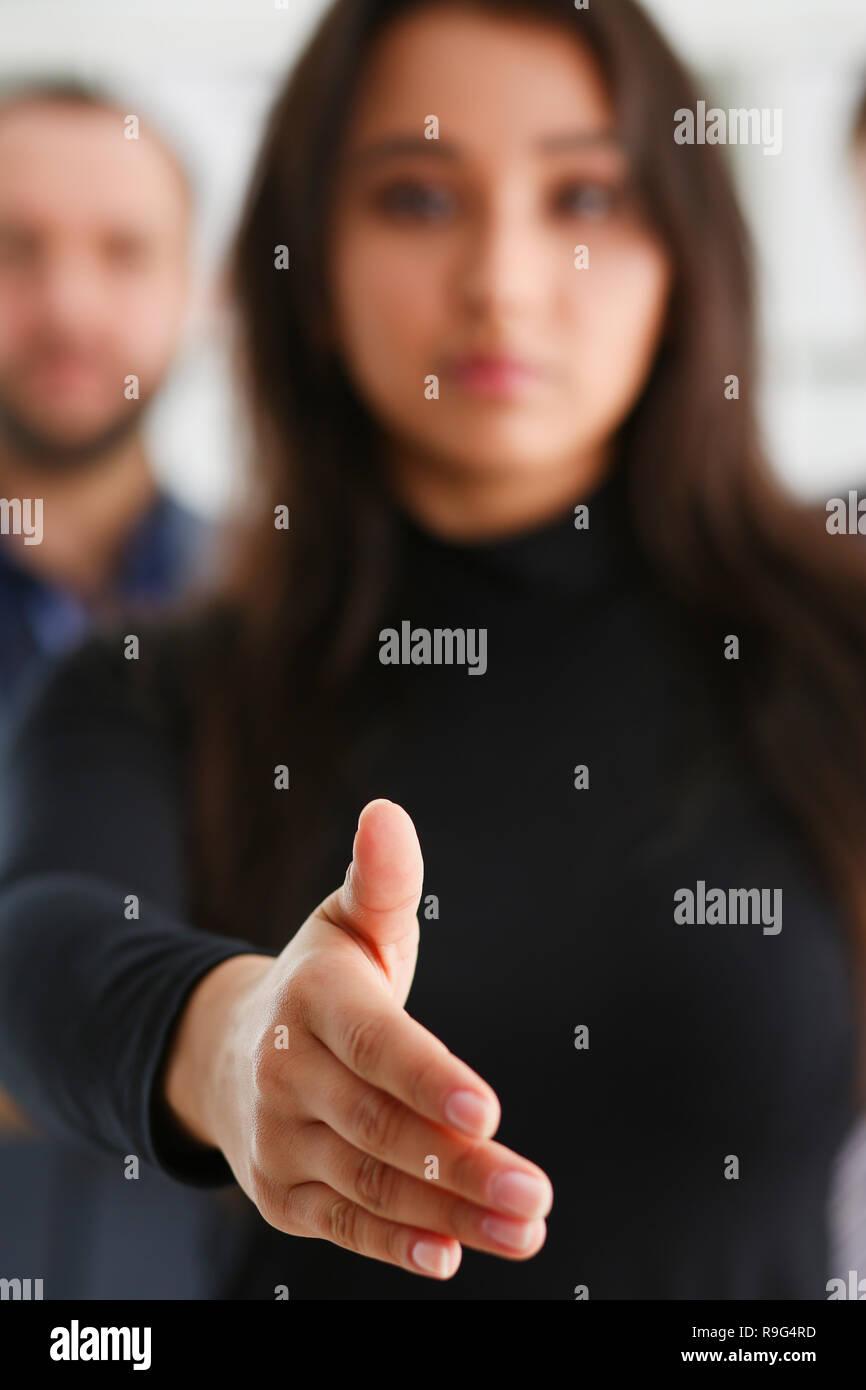 La empresaria ofrecer mano a temblar como Foto de stock