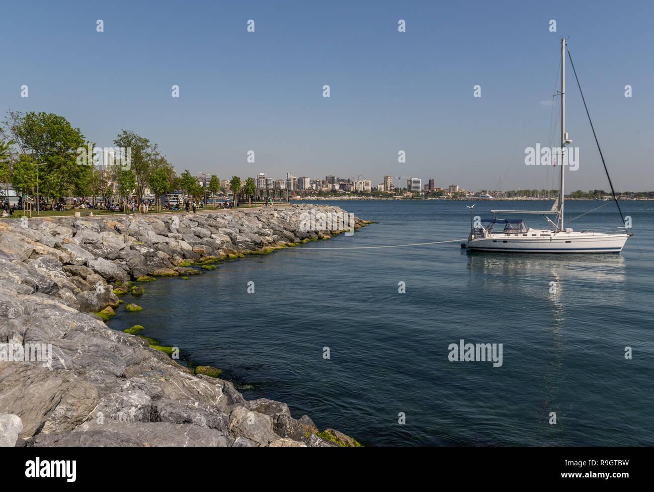 Estambul, Turquía - El distrito de moda, en el lado asiático de Estambul, ofrece un hermoso paseo marítimo a lo largo de la Bosforus Imagen De Stock