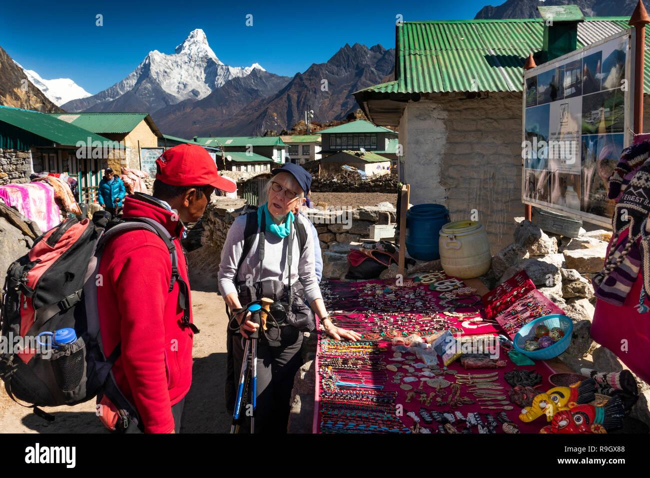 Nepal, el campamento base del Everest Trek, aldea de Khumjung, caminante y Guía Sherpa de pequeño calado de recuerdo para turistas locales fuera guest house lodge Imagen De Stock