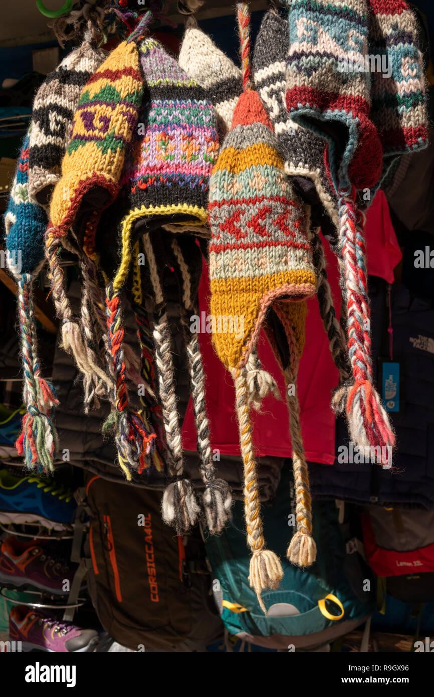 Nepal, el campamento base del Everest Trek, aldea de Khumjung, sombreros de lana tejida a mano cálida para la venta en calado de souvenirs Imagen De Stock