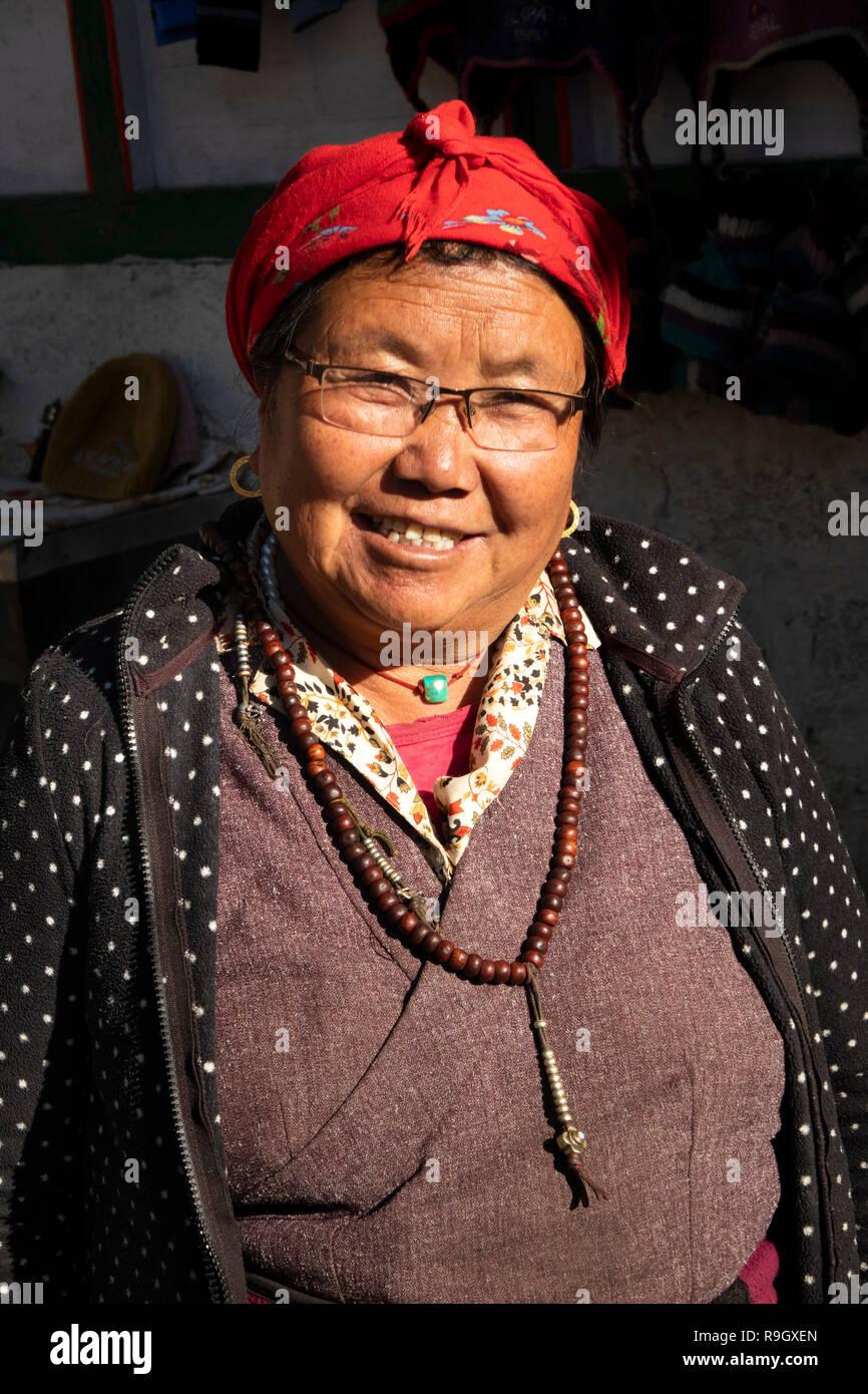 Nepal, el campamento base del Everest Trek, Khumjung, pequeña aldea de calado de recuerdo para turistas en camino al pueblo propietario gompa Imagen De Stock