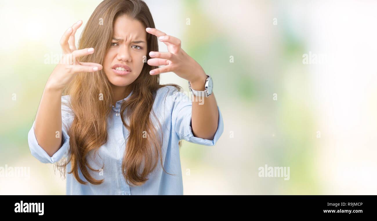 Morena hermosa joven mujer de negocios más aisladas gritando de fondo  frustrados con furia d647c560b3b