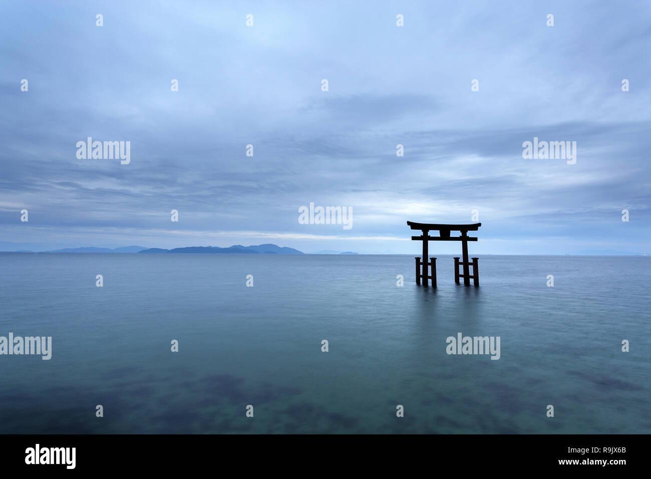 Shirahige Jinja Torii sobre el agua, el lago Biwa, cerca de Kyoto, Japón Foto de stock