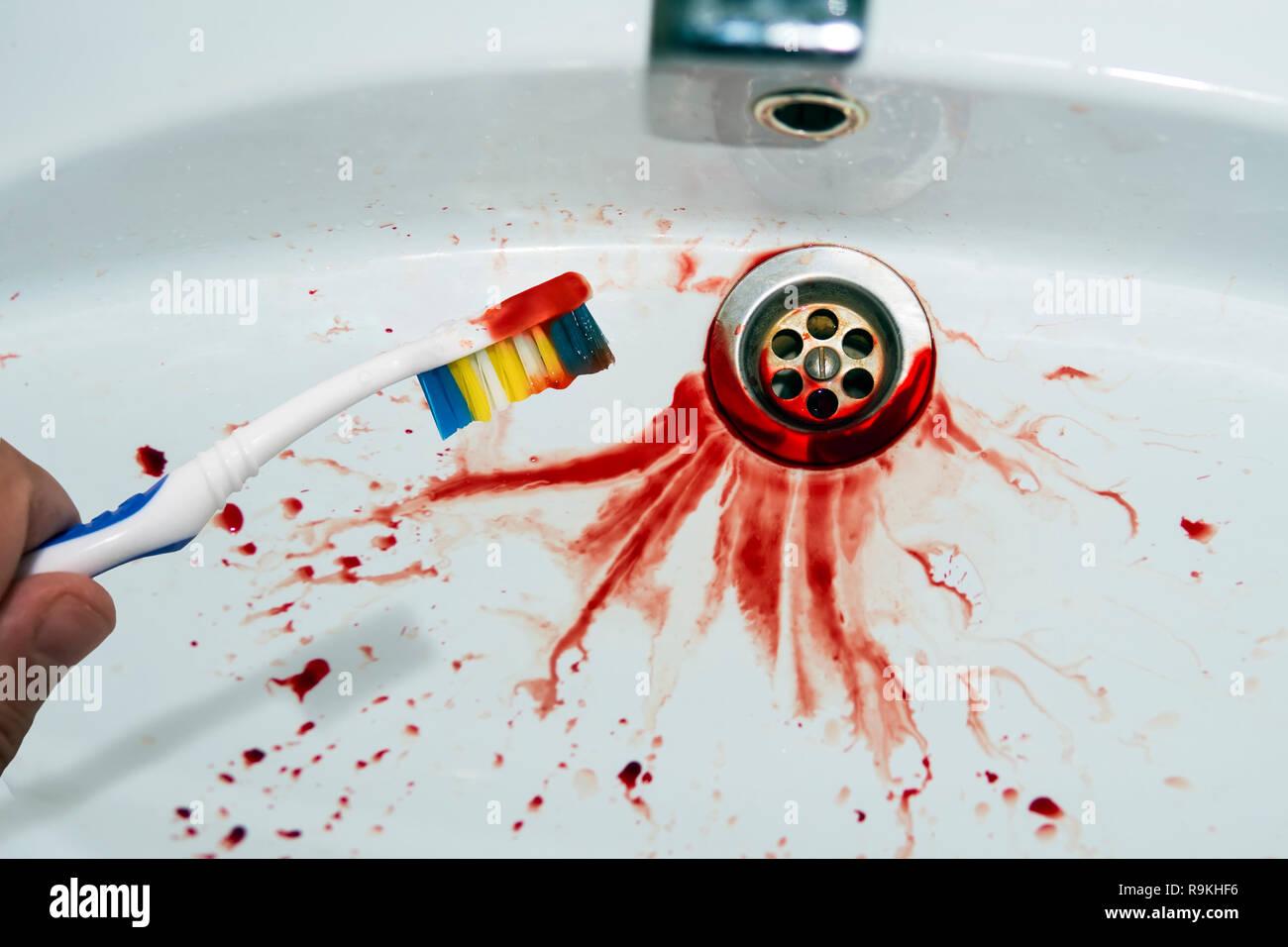 Cierre de cepillo en mano masculina con rastros de sangre en un disipador  spitted sangre antecedentes 26acaeca0128