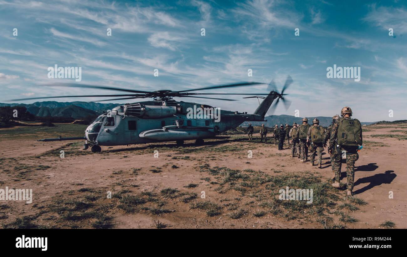 Infantes de Marina con la Fuerza Raid Marítima (MRF), la 11ª Unidad Expedicionaria de los Infantes de Marina (11ª MEU) a bordo de un tipo CH-53E Super Stallion con medio marino Tiltrotor Escuadrón 163 (reforzado), 11ª MEU, para saltos de caída libre en el Marine Corps Base Camp Pendleton, California, el 18 de diciembre, 2018. El MRF su papel en un MEU es llevar a cabo incursiones contra objetivos marítimos tales como las plataformas de petróleo y gas, buques y objetivos en tierra. El MRF puede utilizar paracaídas para alcanzar su objetivo al aterrizaje de aeronaves no es factible o posible. (Ee.Uu. Marine Corps foto por Lance Cpl. Jason Monty) Foto de stock