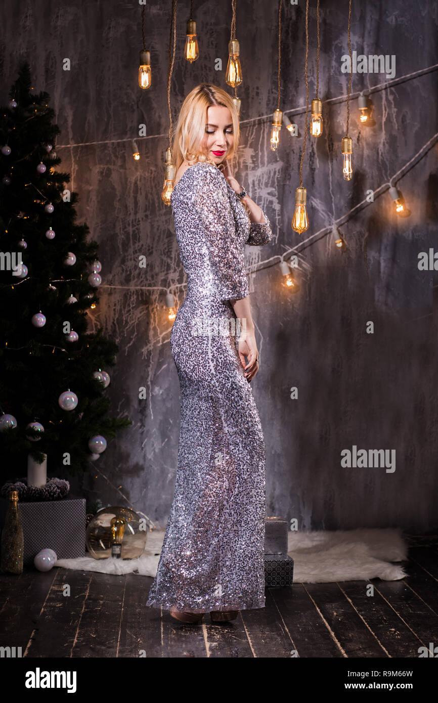 cdcbc9862b La fiesta de Navidad. Hermosa joven en el traje de noche se encuentra en una