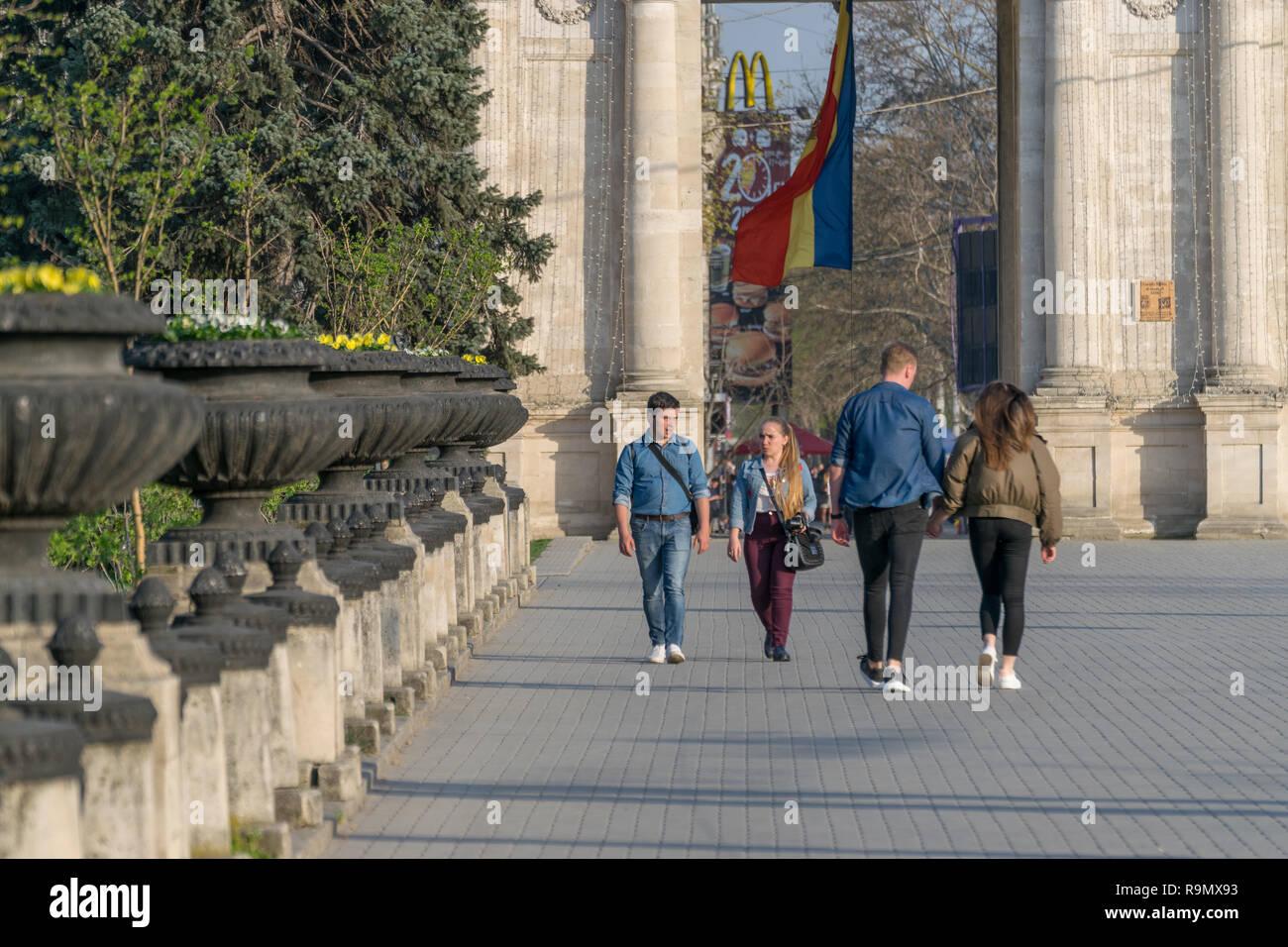 CHISINAU, Moldova - Abril 13, 2018: la gente caminando en la Gran Asamblea Nacional Plaza en Chisinau, Moldova. Imagen De Stock