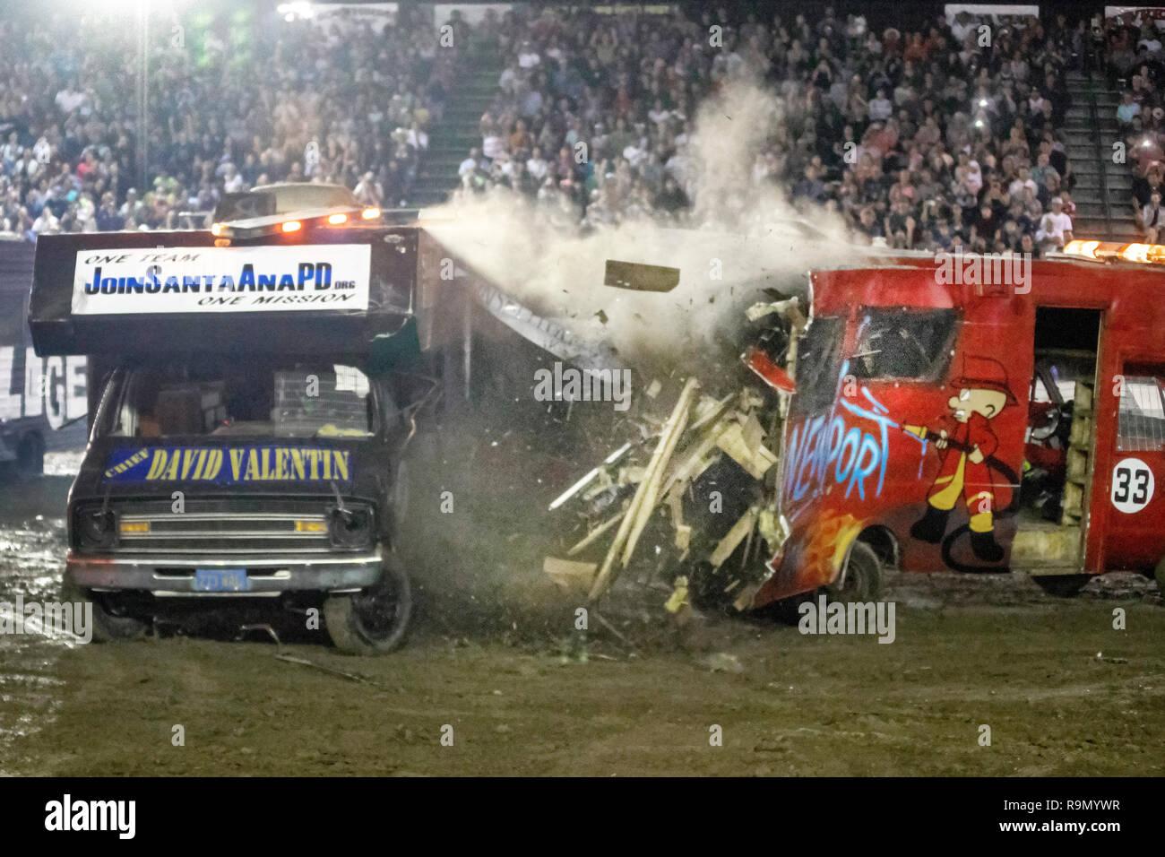 Autocaravanas crash en una noche en un derby de demostración en Costa Mesa, California, estadio ante una gran audiencia. Imagen De Stock