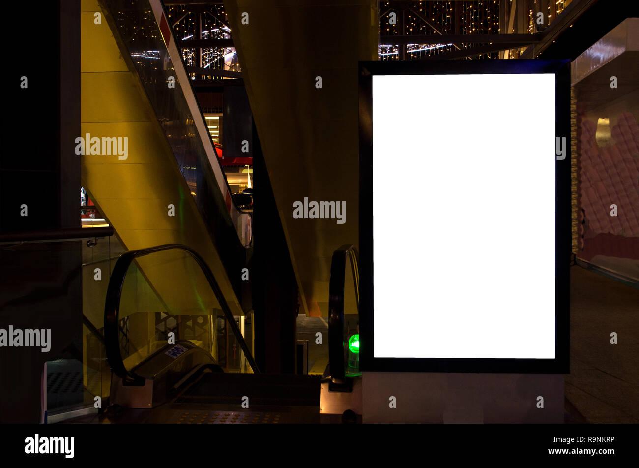 Vallas de metro en la noche, el espacio de copia Foto de stock