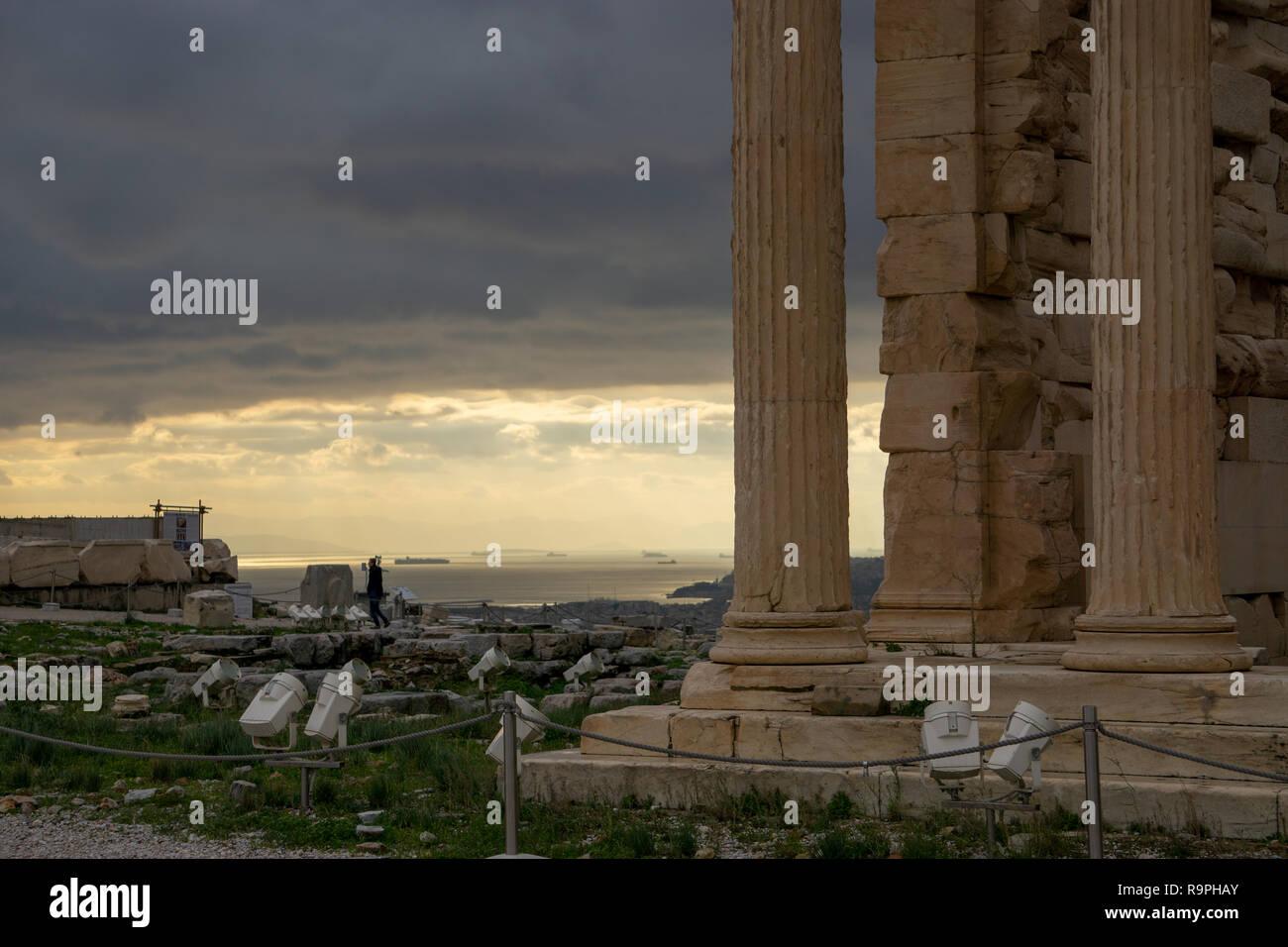 Tuve mucha suerte en el día que visité la Acrópolis. Casi no había turistas allí en ese día me distrajo de soñar y viajar en el tiempo. Foto de stock
