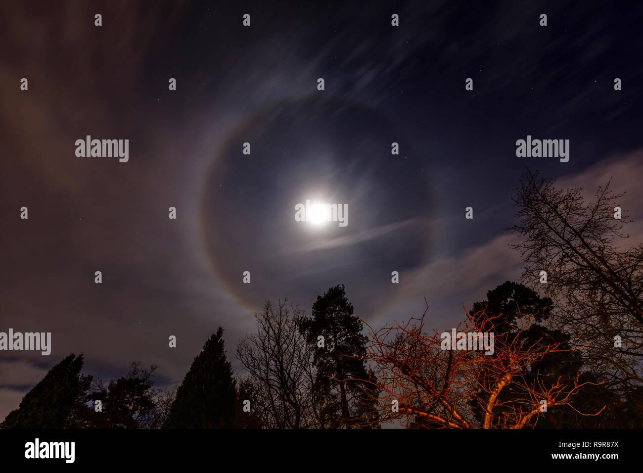 Corona lunar circular alrededor de la Luna en cuarto menguante con ...