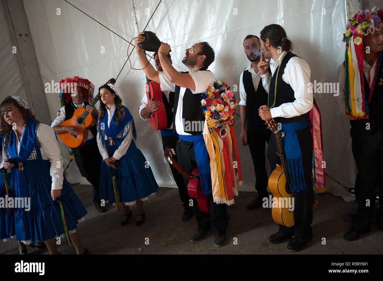 Un hombre vestido con un traje tradicional es visto beber antes de tomar  parte en la 57ª edición del concurso de baile flamenco Verdiales en Málaga. 850776e4a4b
